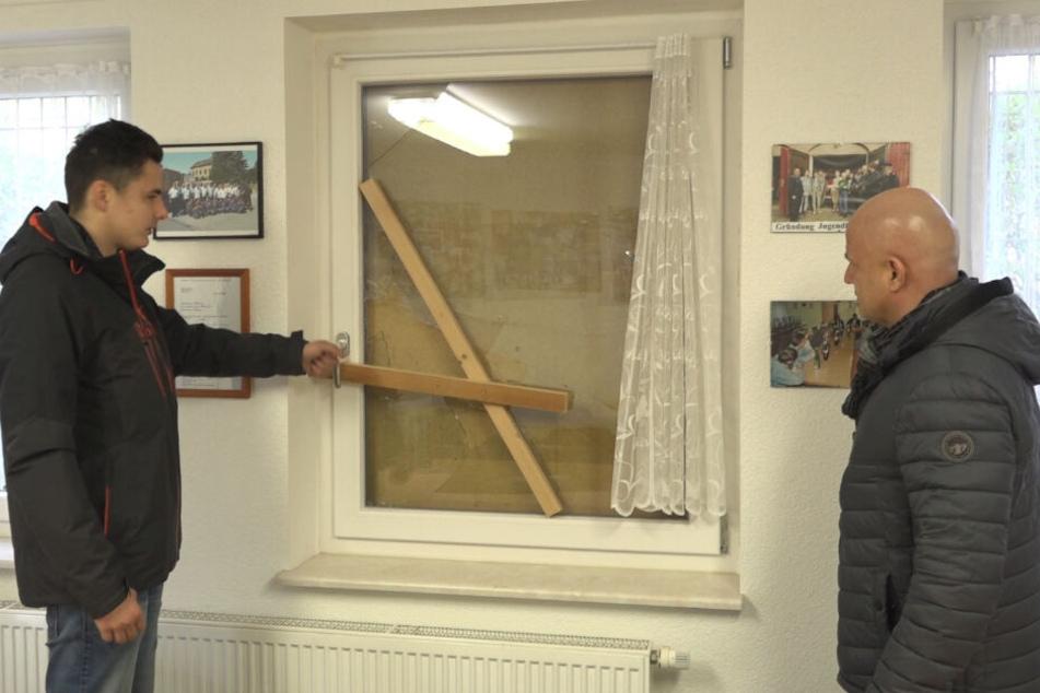 Adrian Das Gupta (21, l.) und Bürgermeister Thomas Polpitz (49, CDU) sind fassungslos über den Bruch.