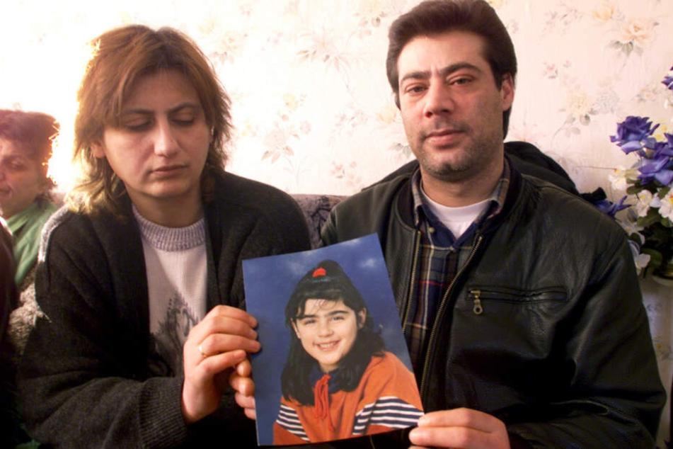 Die Eltern von Hilal halten nach dem Verschwinden ein Foto von ihr in den Händen.