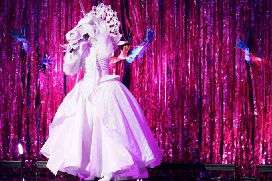 Welcher Promi sich hinter diesem Kostüm wohl verbirgt?