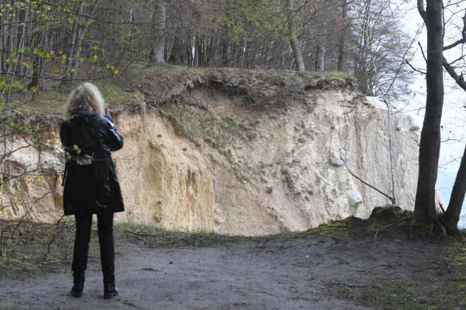 Immer wieder kommt es an der Steilküste zu Unfällen: Eine junge Touristin stürzte am 22.04.2017 von den Rügener Kreidefelsen und stirbt. Sie war laut Polizei auf der Suche nach einem Fotomotiv zu nah an die Felskante getreten und abgestürzt. (Symbolbild)
