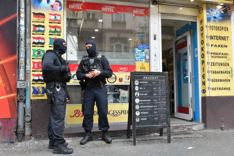 """Immer wieder gibt es inzwischen Razzien gegen Clans, wie hier im September 2018. Taktik der """"Nadelstiche"""" nennt die Polizei die immer wieder durchgeführten Aktionen."""