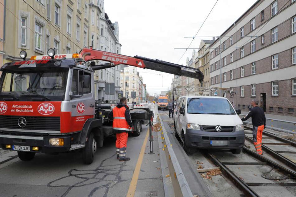 Transporter landet im Gleisbett und legt Verkehr lahm