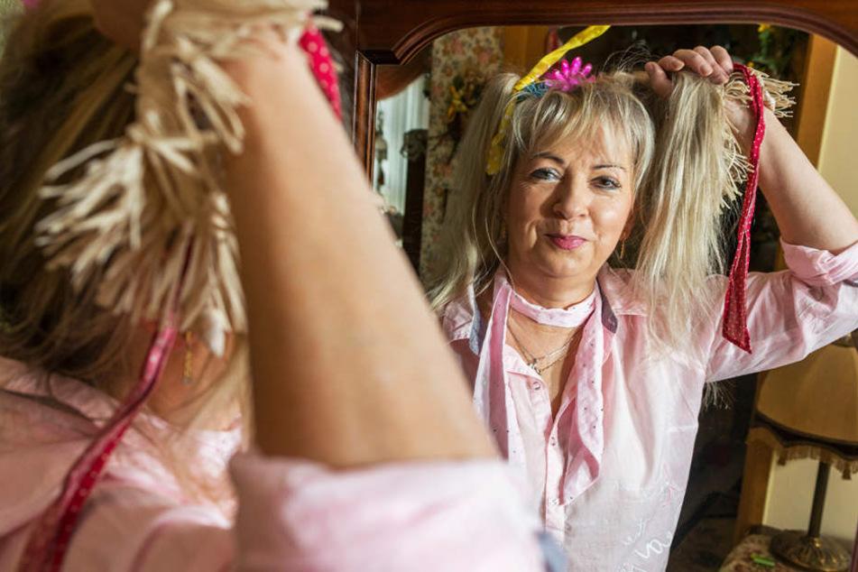 Einfach Haare hoch und zwei Rattenschwänze gebunden - schon hat sich Petra Hoffmann (58) in Sachsenkind Friedlinde (5) verwandelt.