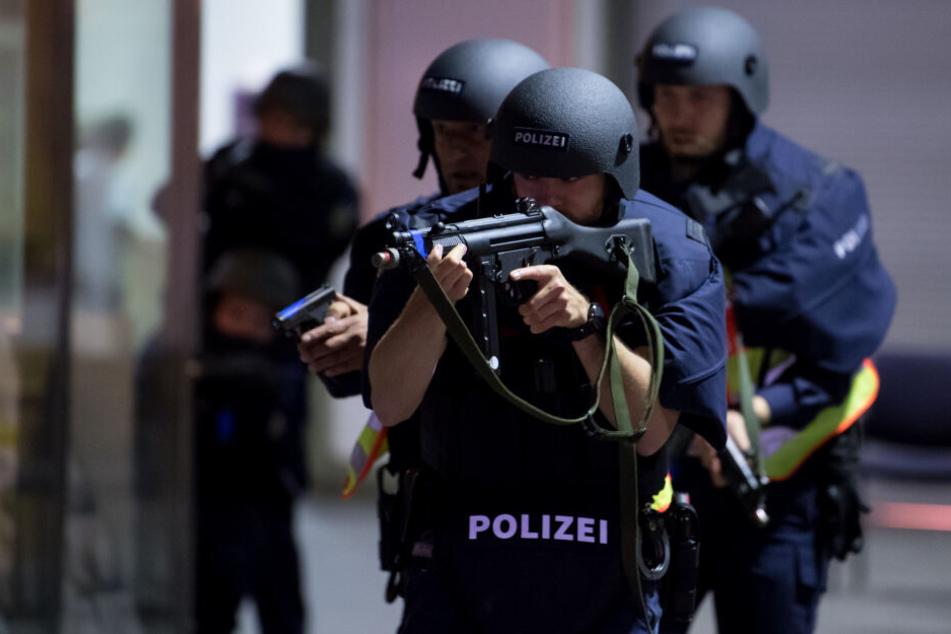Als das SEK die Wohnung stürmte, wurden die Beamten von dem Mann mit einer Waffe bedroht. (Symbolbild)