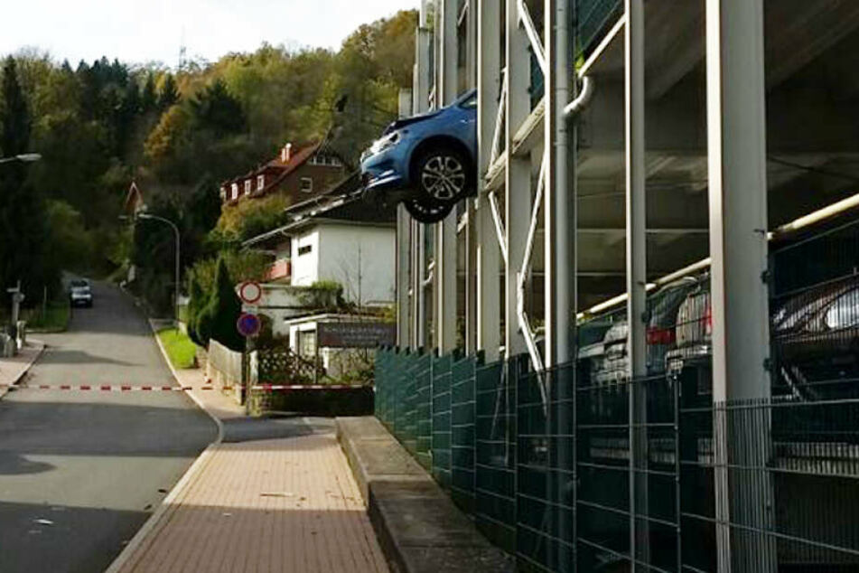 Warum hängt hier ein Auto aus dem Parkhaus heraus?