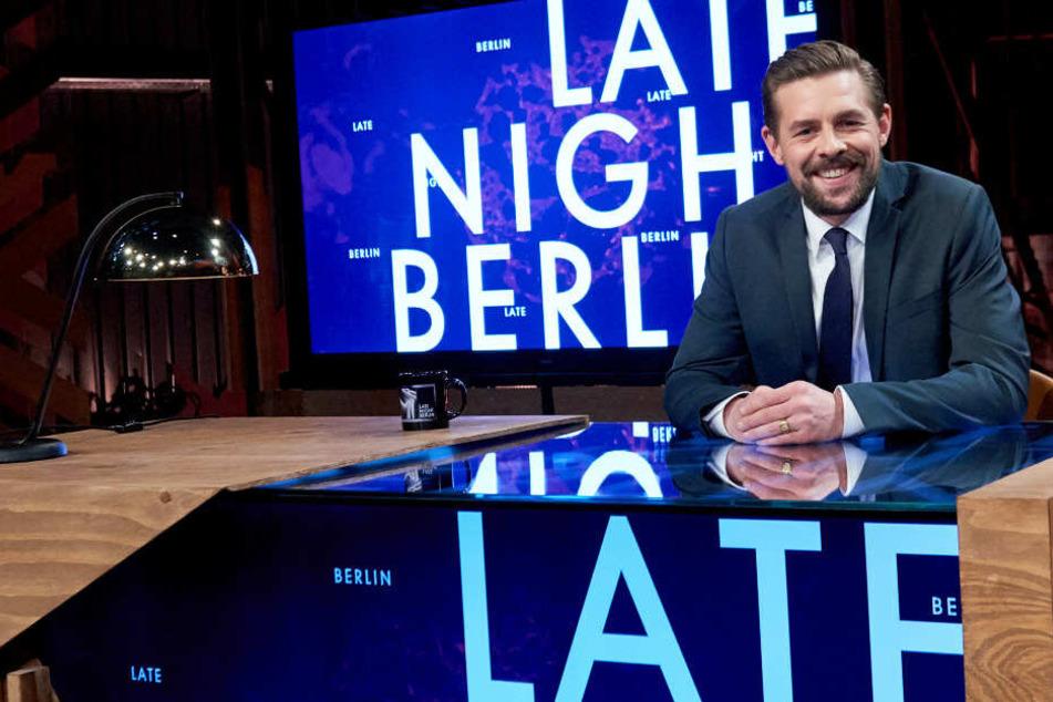 Klaas Heufer-Umlauf sitzt am Pult seiner TV-Show Late Night Berlin.