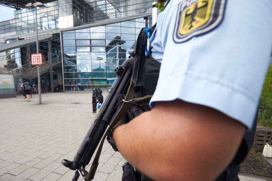 Die Bundespolizei musste einen Zug evakuieren. (Symbolbild)