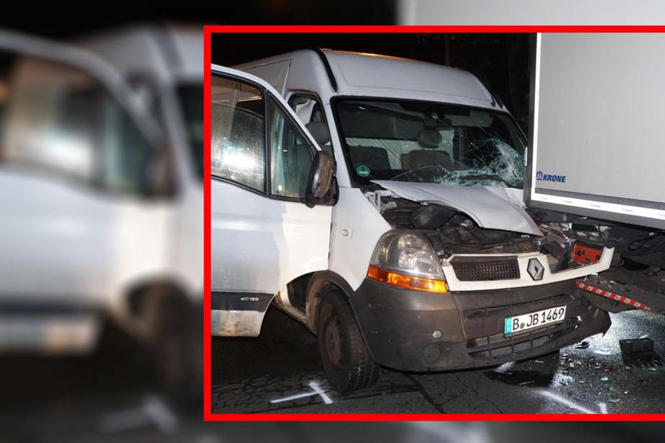 Am Berliner Großmarkt: Transporter fährt unter Lkw und bleibt stecken