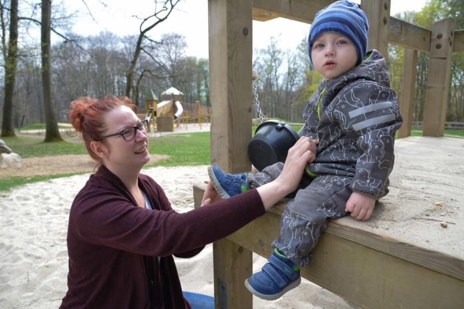 Spielplatz am Küchwald: Eltern und Kinder wie Romy Feilke (39) und Söhnchen Taro (1) könnten hier unter anderem von einer Beleuchtung profitieren.