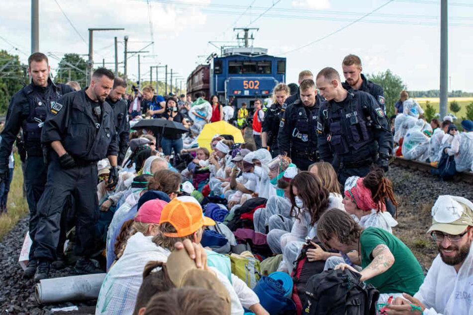 Die Polizei stuft die Blockade der Gleise als Versammlung ein.