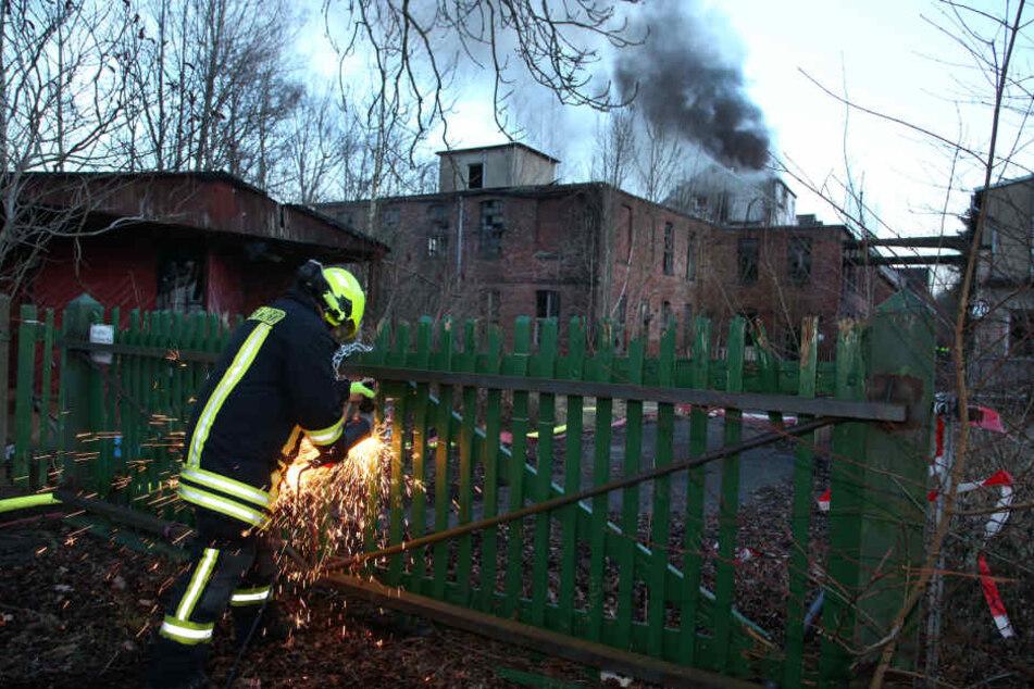 Die Feuerwehr verschafft sich Zugang zum Gelände.