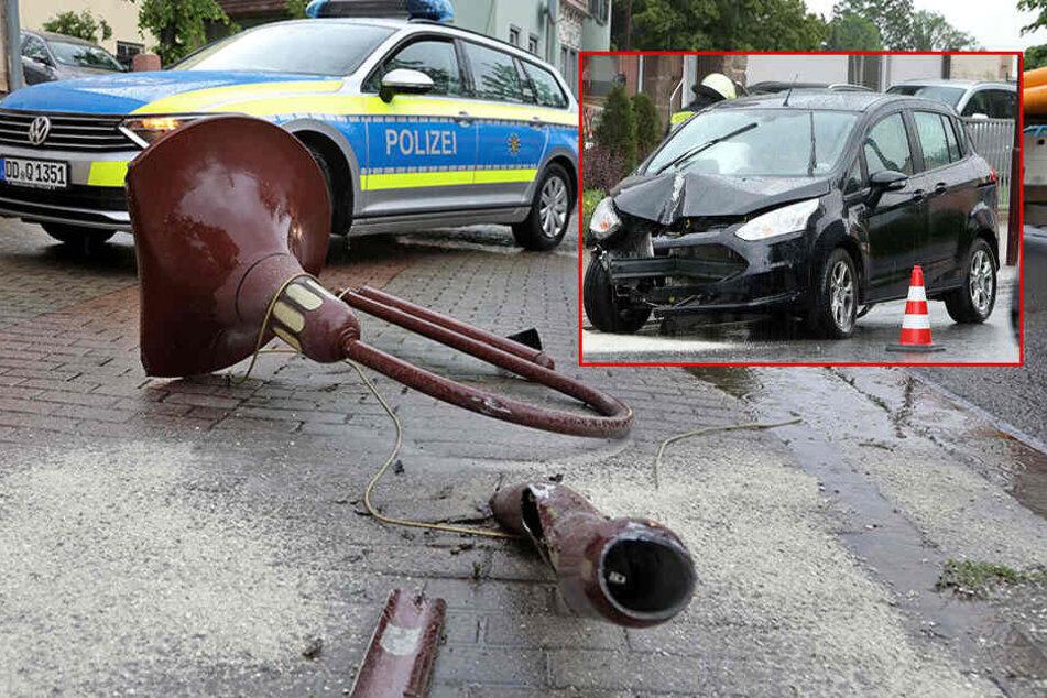 Ford-Fahrerin kracht frontal gegen Straßenlaterne