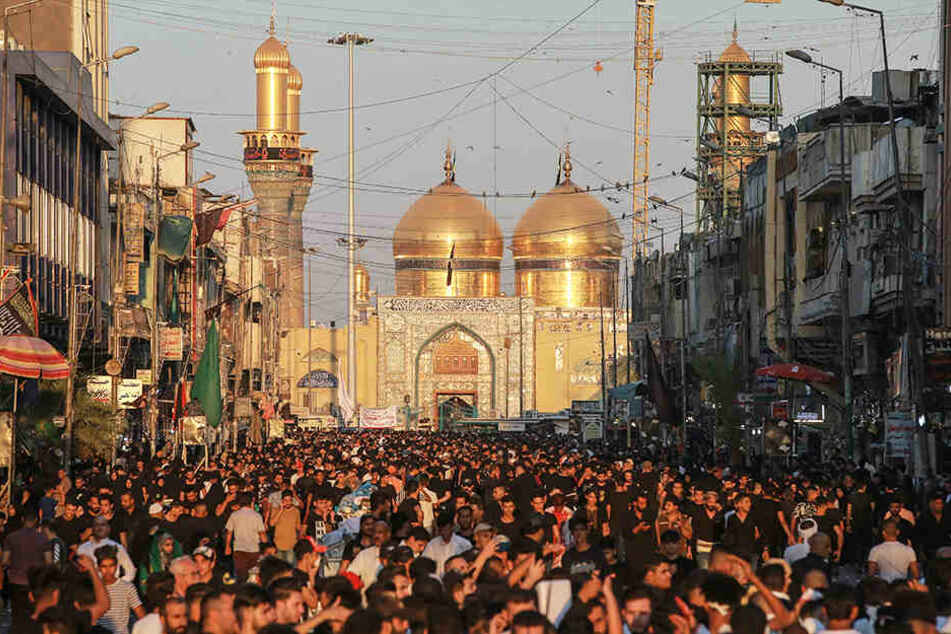 """Schiitische Muslime nehmen an einer rituellen Zeremonie am Tag der Ashura vor der """"Musa ibn Ja'far al-Kazim-Moschee"""" in Bagdad teil."""