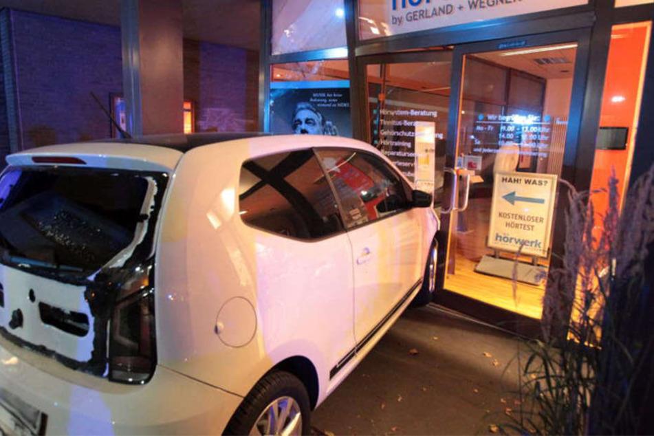Der VW Up wurde durch die Wucht des Aufpralls in das Schaufenster geschleudert.