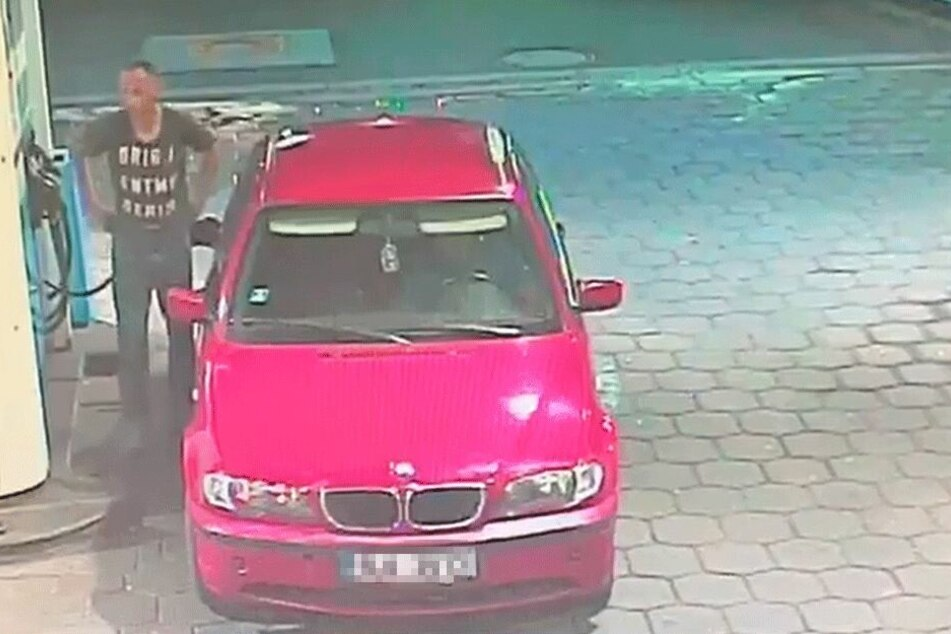 Der Mann im dunklen T-Shirt ist ausgestiegen, betankt den roten BMW mit tschechischem Kennzeichen.