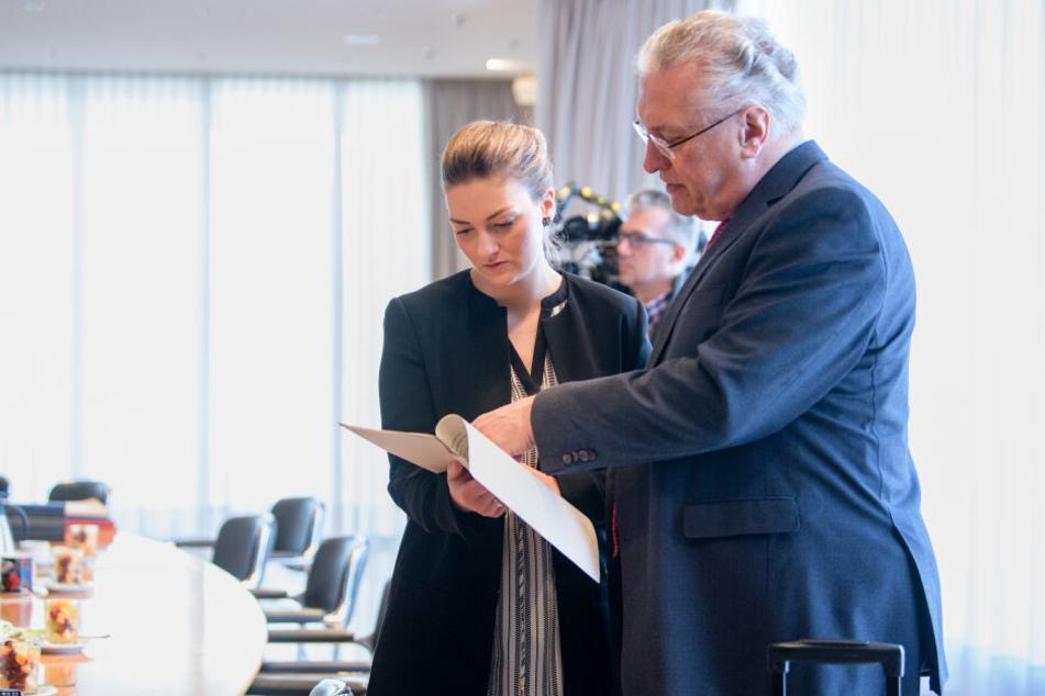 Judith Gerlach (l), Digitalministerin von Bayern und Joachim Herrmann (beide CSU), Innenminister von Bayern, beraten sich vor Beginn einer Kabinettssitzung in der bayerischen Staatskanzlei.