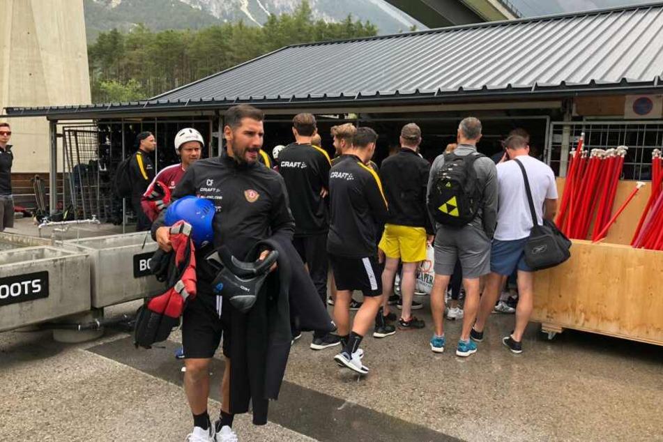 Cristian Fiel und das Team beim Einkleiden fürs Rafting.