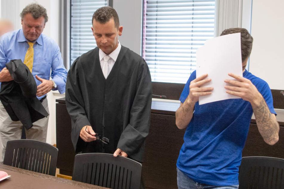 Der Angeklagte betritt am 26.06.2019 den Gerichtssaal.
