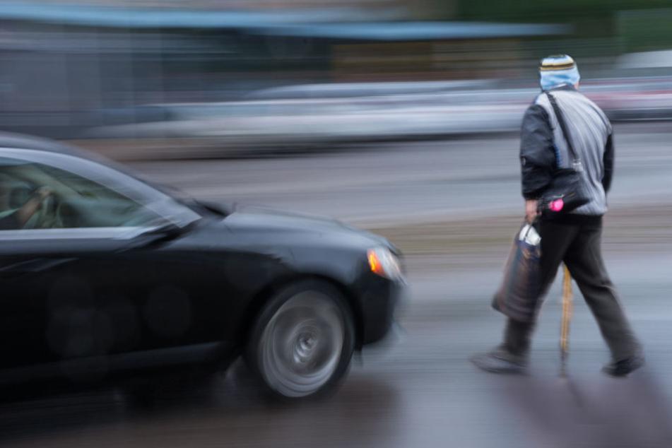 Ein Fußgänger wurde von einem Auto erfasst und schwer verletzt (Symbolbild).