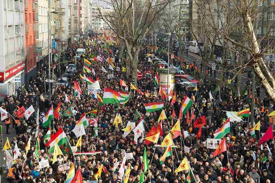 Etwa 20.000 Kurden demonstrieren ins Köln.