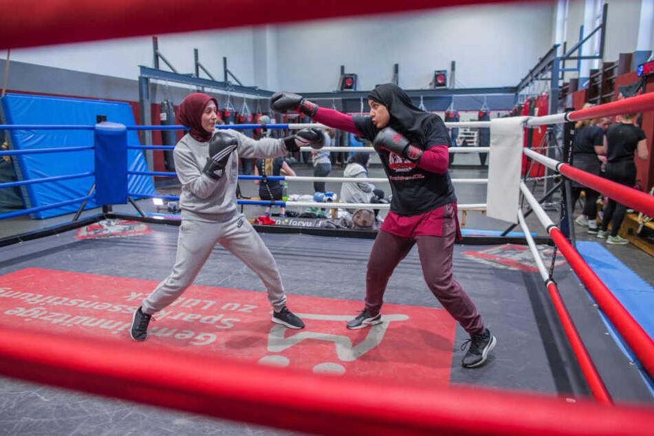 Die Boxerinnen Miriam Hamdoun (rechts) und Hazel Özcan trainieren beim Boxclub Lübeck im Boxring. Der 1976 gegründete Boxclub mit 200 Mitgliedern engagiert sich bei der Integrationsarbeit.