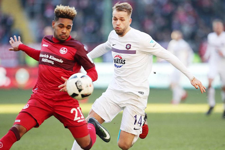 Phillipp Mwene (l.) und Pascal Köpke kämpfen um den Ball.