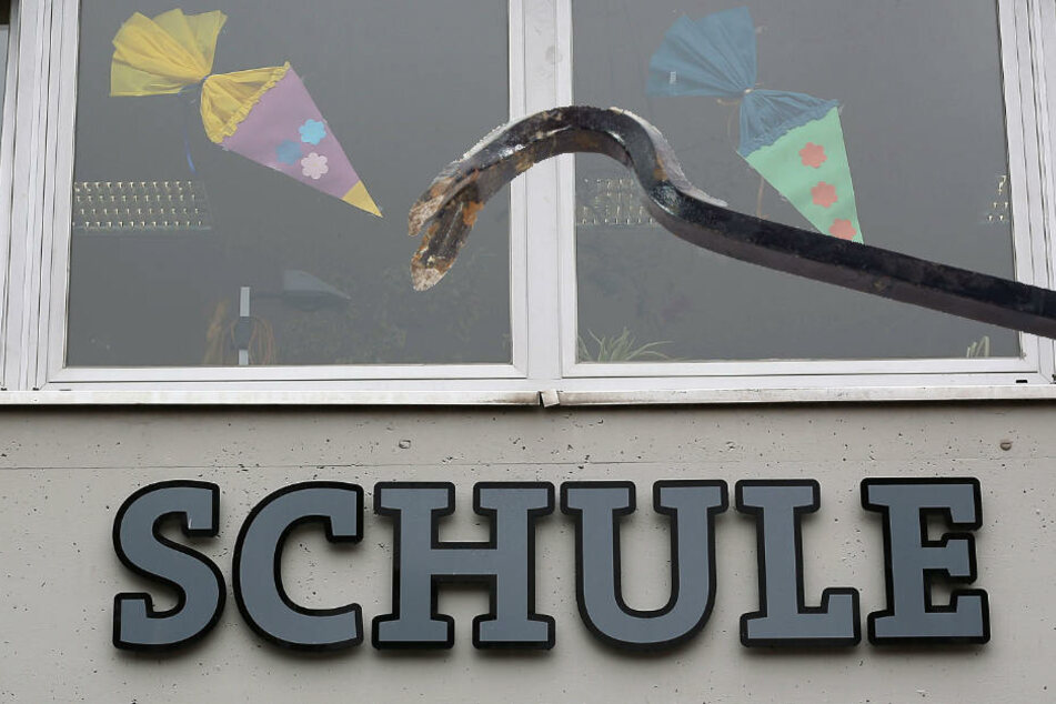 Die Täter drangen in die Schule ein und entnahmen ein Werkzeug, mit welchem sie weitere Räume aufbrachen (Symbolbild).