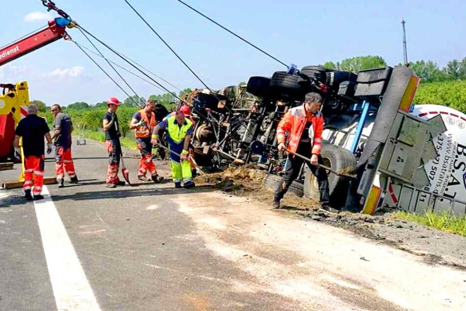 Ausgebrannter Lkw geborgen: Autobahn über Stunden gesperrt!