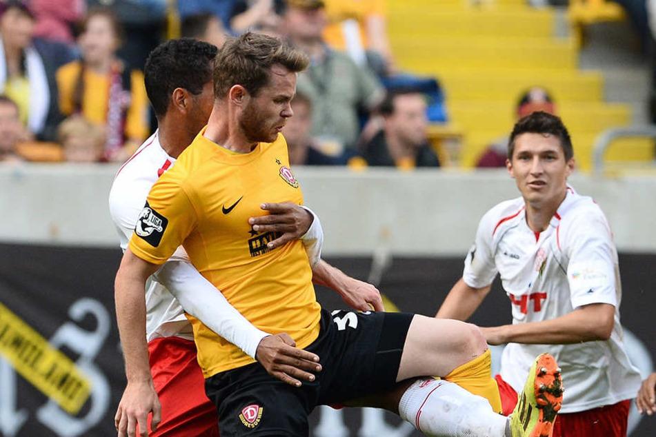 Tobias Müller, hier vor Bone Uaferro (Fortuna Köln) am Ball, bestritt zwischen 2013 und 2015 insgesamt 25 Zweit- und elf Drittligaspiele für Dynamo. Nach Halle und Köln zieht's ihn nun zum CFC.