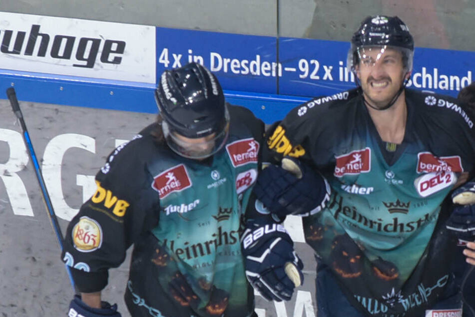 Mit schmerzverzerrtem Gesicht musste Harrison Reed (rechts) gestützt vom Eis herunter.