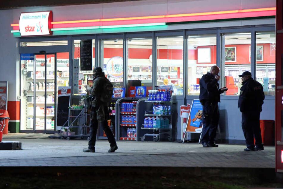 Polizei und SEK waren am Montagabend an der Star-Tankstelle an der Dohnaer Straße im Einsatz, nachdem die Räuberin ihren Beutezug fortgesetzt hatte.