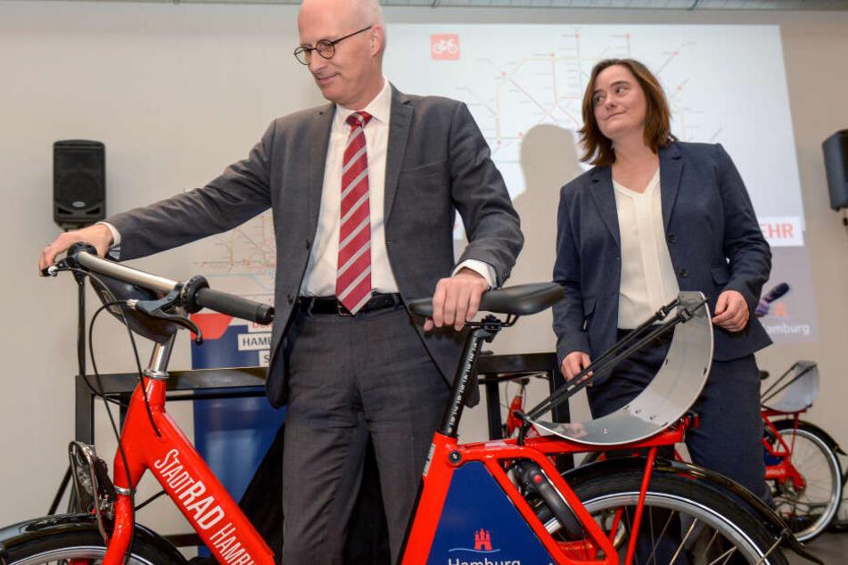 Hamburgs Bürgermeister Peter Tschentscher nimmt die Fahrräder genauer unter die Lupe.