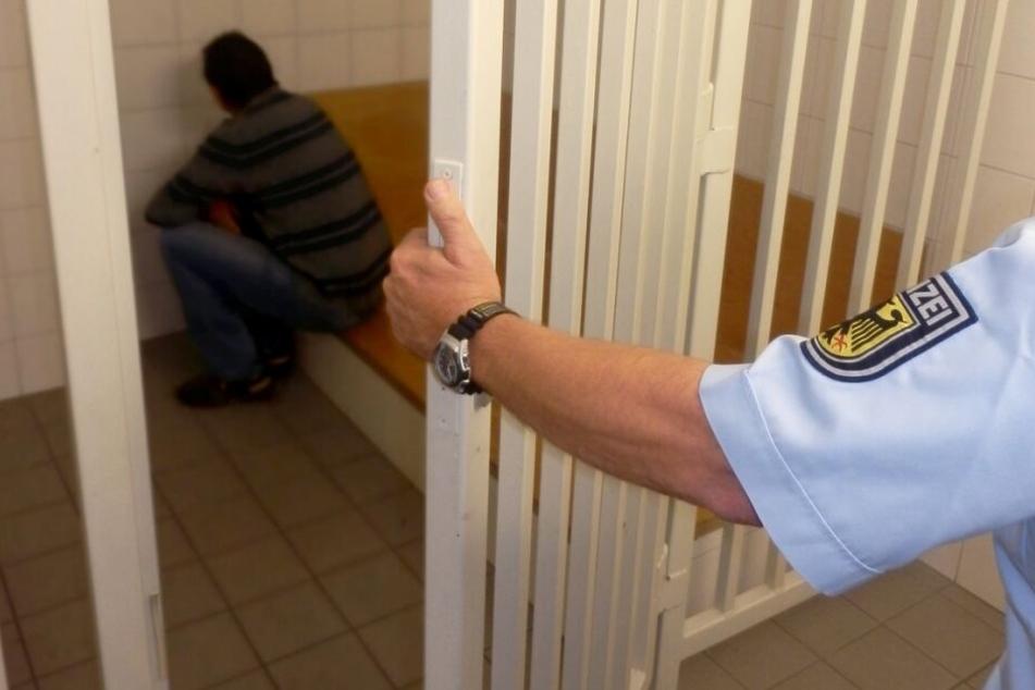 Zwei der Festgenommenen sollen nach der Attacke dem Haftrichter vorgeführt werden. (Symbolbild)