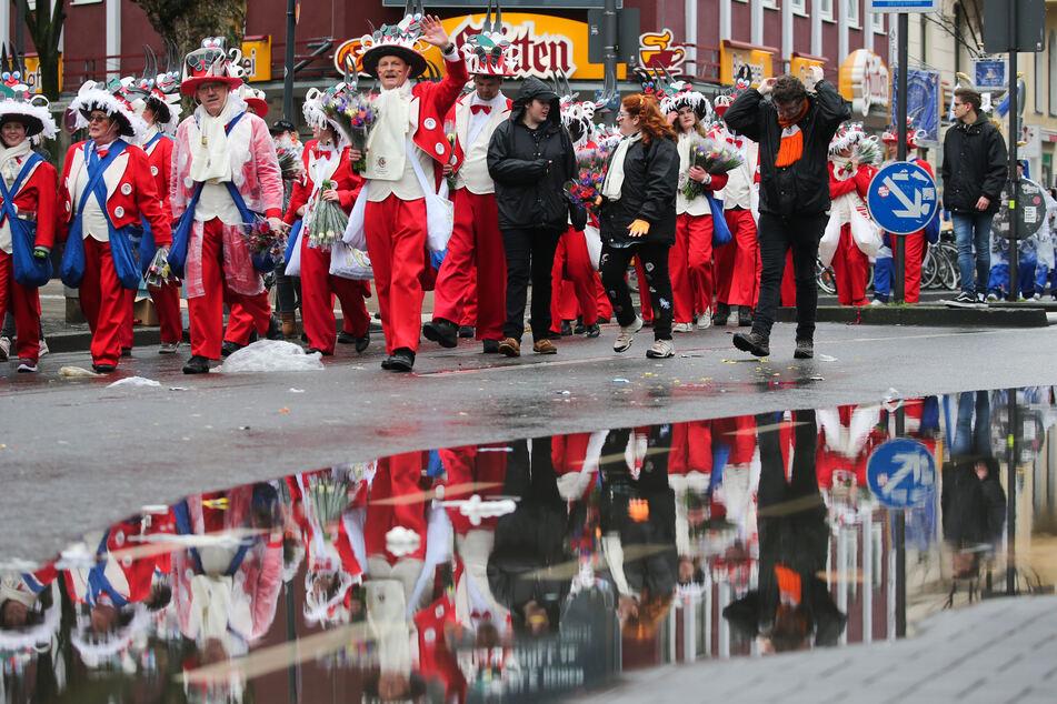 Eine Gruppe marschiert beim Kölner Rosenmontagszug.