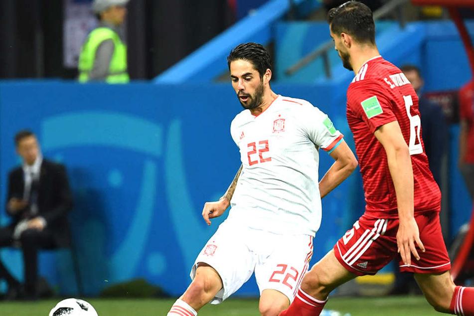 Isco (26) mit der Rückennummer 22 ist vor seinem spanischen Gegenspieler am Ball.