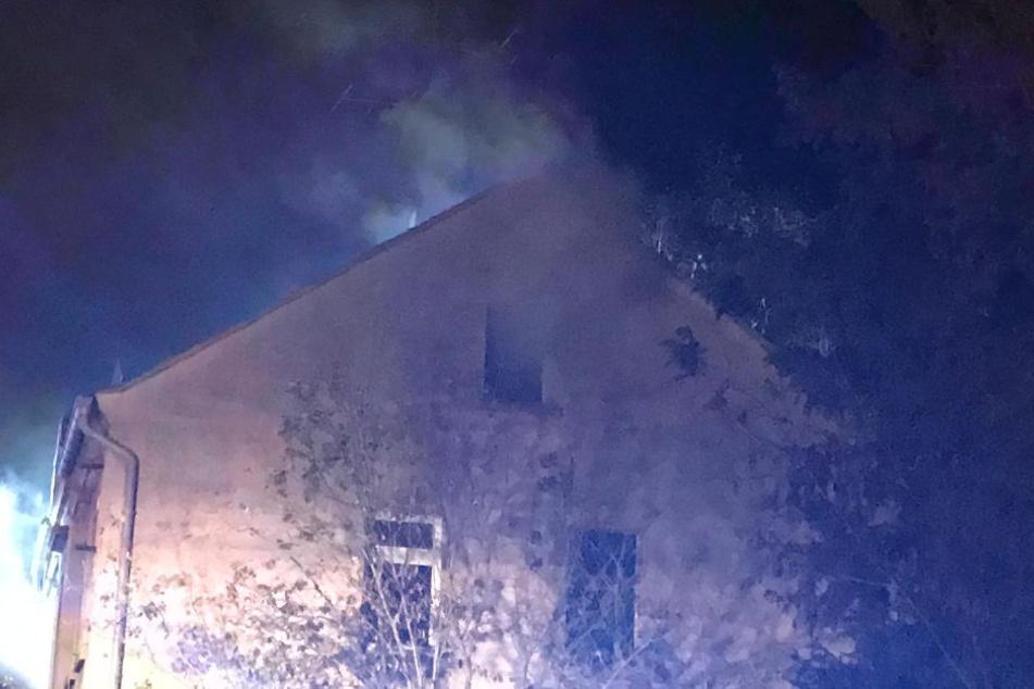Da das Mehrfamilienhaus unbewohnt ist, wurde bei dem Feuer glücklicherweise niemand verletzt.