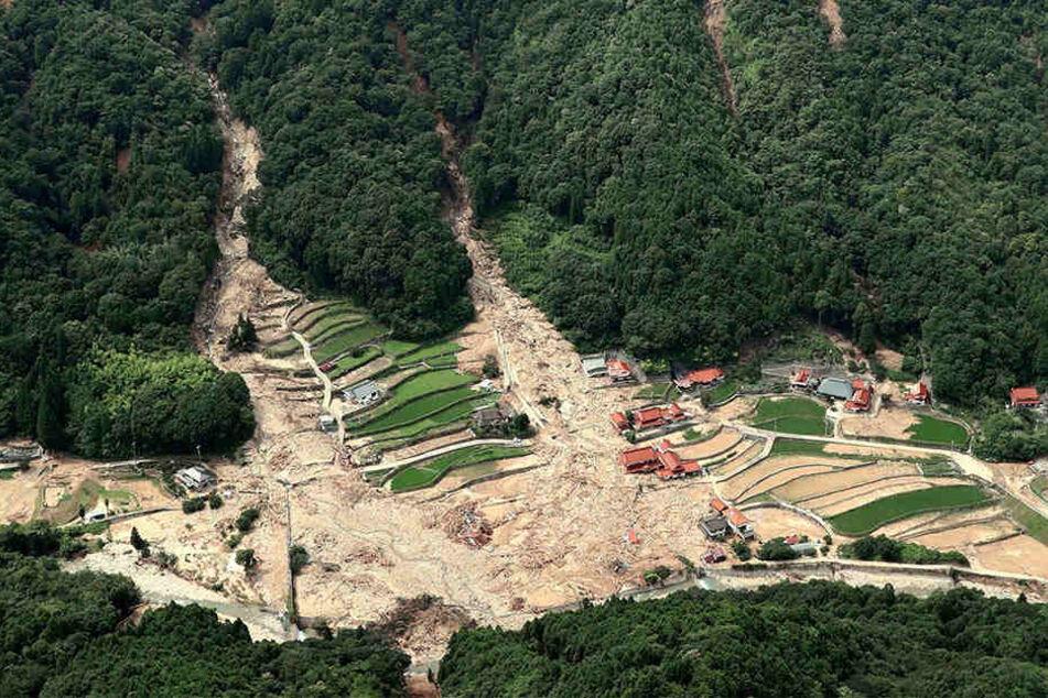Nach heftigen Regenfällen haben Schlammlawinen Teile der Stadt Kure unter sich begraben. Viele Anwohner stehen vor dem Nichts.