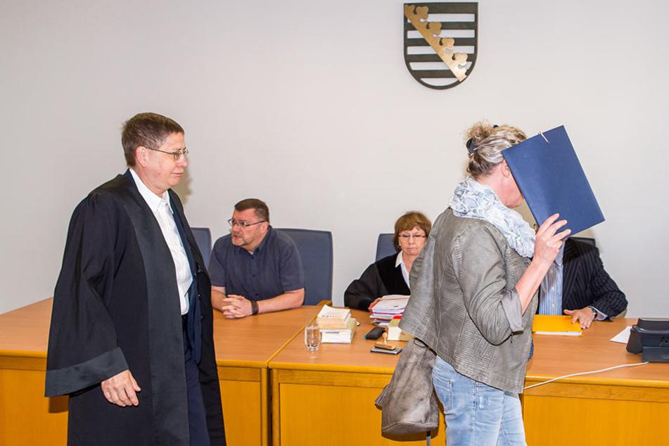 Beatrice R. mit ihrer Anwältin im Landgericht Leipzig.