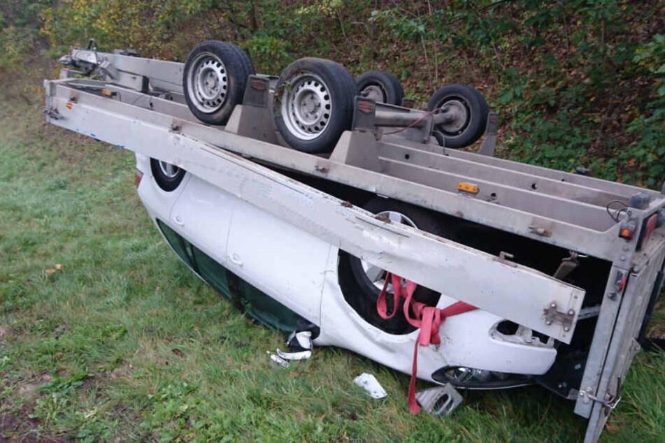 Durch den Unfall ist an dem geladenen Neuwagen ein Totalschaden enrstanden.