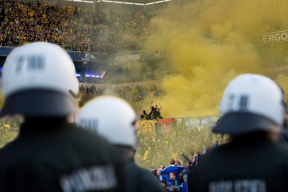 Können die Polizisten im anstehenden Revierderby das Abfackeln von Feuerwerkskörpern verhindern? Wohl eher nicht ...