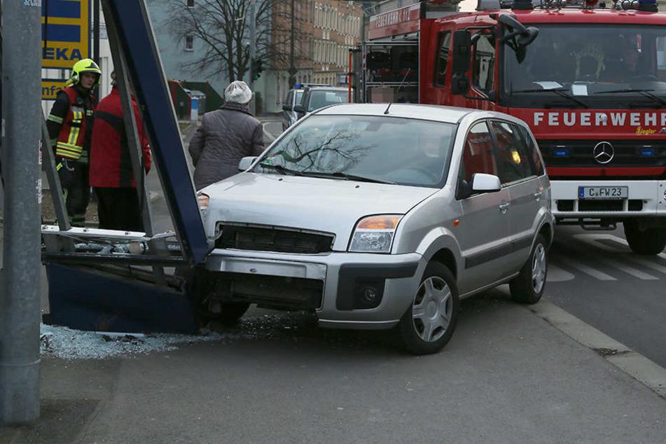 Der Schaden am Auto und an der Tafel wird auf rund 7000 Euro geschätzt.