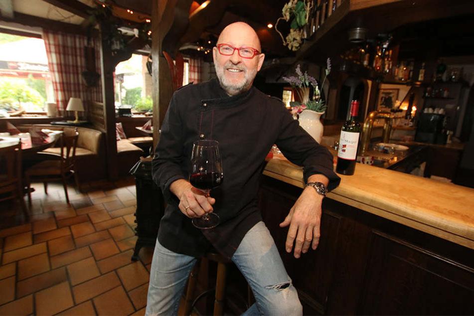 Wolfgang Zindler genießt die letzten Tage auch gerne mal mit einem Gläschen Wein.