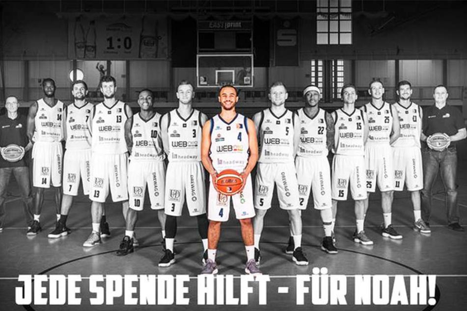 Noah Berge (M.) im Kreis der Dresden Titans, für die er 2017/18 spielte. Bei den Elberiesen laufen alle Fäden der Spendenaktionen zusammen.