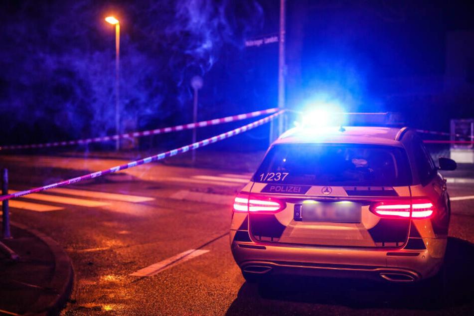 Ein Einsatzfahrzeug der Polizei steht mit Blaulicht an einem Tatort. (Symbolbild)