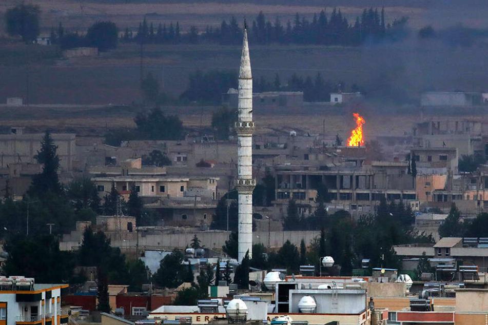Feuer über der Stadt Ras al-Ain, die zuvor durch die türkischen Streitkräfte attackiert wurde.