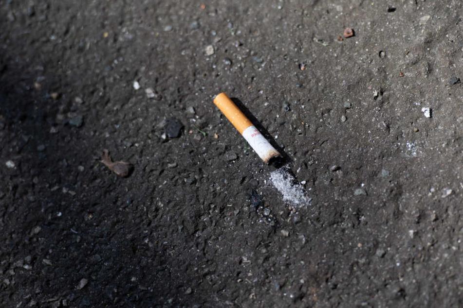 Ein neuer Bußgeldkatalog sieht härtere Strafen für weggeworfene Zigaretten vor (Symbolbild).