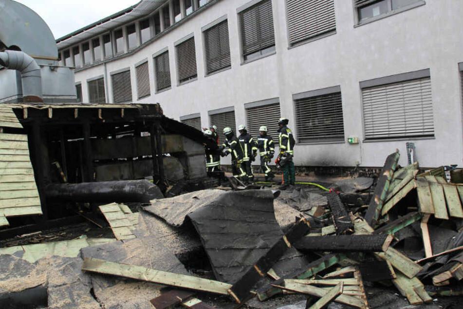 Die Holzkonstruktion aus dem Dach musste mit einer Rettungssäge entfernt werden.