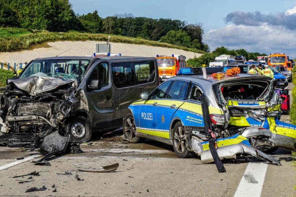 Polizei sichert Pannen-Lkw, Transporter knallt auf Einsatzwagen: A8 gesperrt