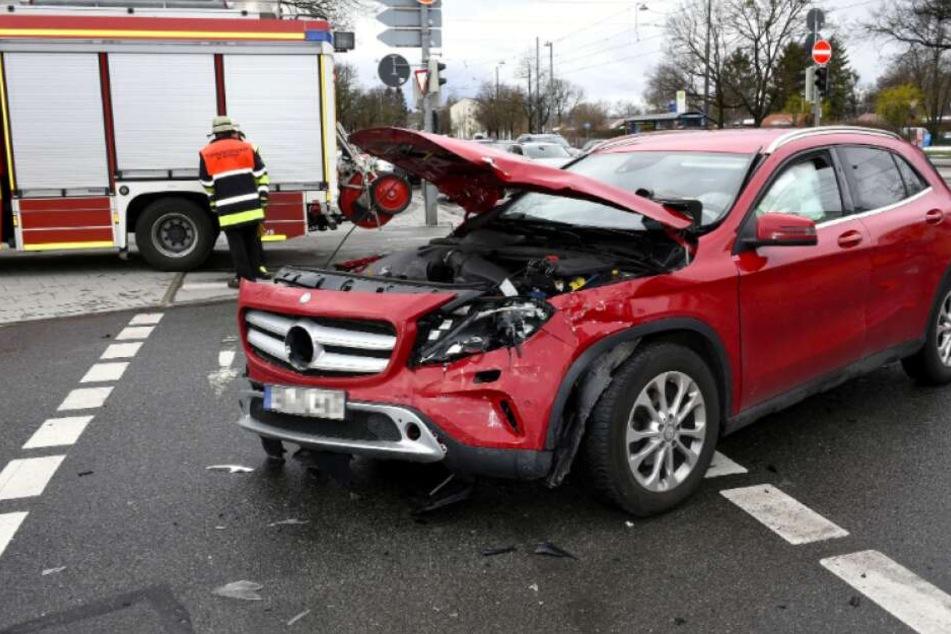 Der Mercedes musste mit einem speziellen Wagen von der Fahrbahn geschoben werden.
