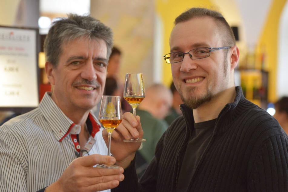 Geschmacksknospen-Erlebnis: Experte Thomas Engler (57, l.) und Reporter Martin Friedemann probieren Whiskey.